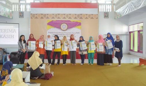 Development Program for Play Group and Kindergarten Teacher to Upgrade Children's Reading and Handwriting Competencies
