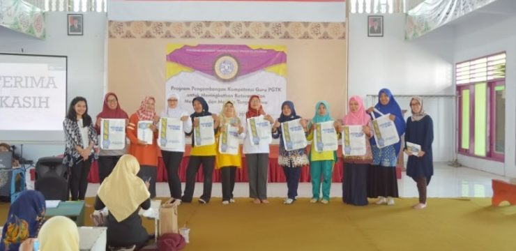 Development Program for Play Group and Kindergarten Teacher to Upgrade Children's Reading and Handwriting Competencies